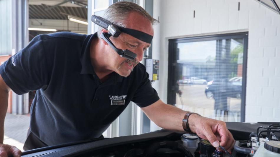 Service-Mitarbeiter mit Video-Direktsicht-Brille bei Lexus.