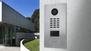 Mit dem DoorBird D301 können Mieter in Mehrfamilienhäusern ihre bestehenden analogen Türsprechanlagen internetfähig machen.