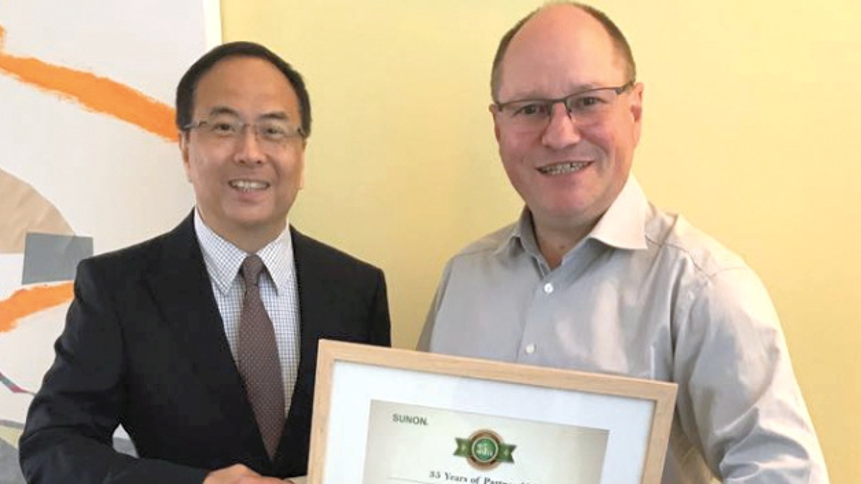 Terence Chu, General Manager von Sunon Europa (li.), und Bert Schukat, Geschäftsführer Schukat electronic.