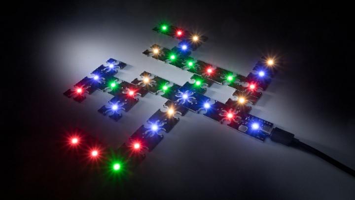 Mit dem Conext-System ist es dem baden-württembergischen LED-Spezialisten Lumitronix gelungen, LED-Module ohne Hilfsmittel miteinander zu verbinden. Die patentierte Entwicklung sorgt dafür, dass das Zusammenführen von LED-Modulen problemlos und schne