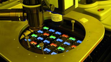 Die Weiterentwicklung des Elektronenstrahlverfahrens erlaubt nun auch vollfarbige OLED-Strukturierung ohne Farbfilter.