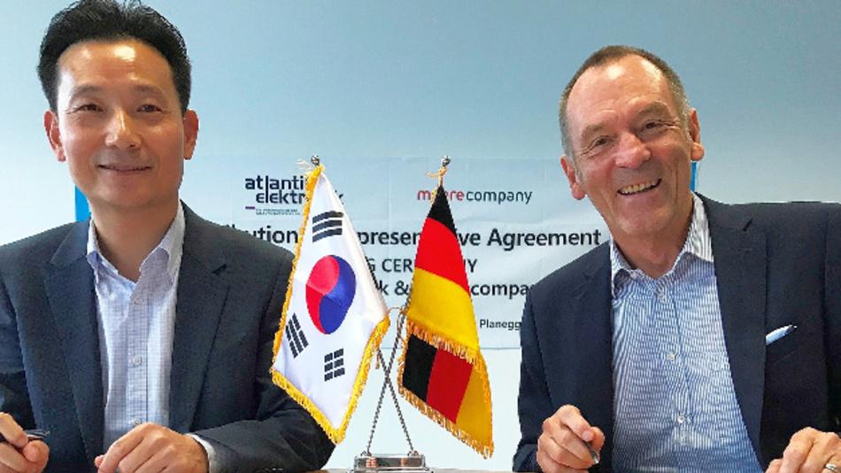 Kim Cheol-Hoon (li. VP Head of Sensor Division Meerecompany) und Ottmar Flach (Geschäftsführer Atlantik Elektonik) bei der Vertragsunterzeichnung