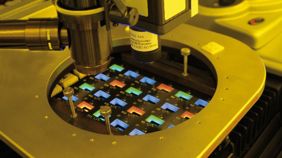 Farbemittierende OLEDs ermöglichen kleinere Display-Pixel, sind aber nur schwer herzustellen. Am Fraunhofer FEP wurde dafür eine Elektronenstrahl-Technik entwickelt.
