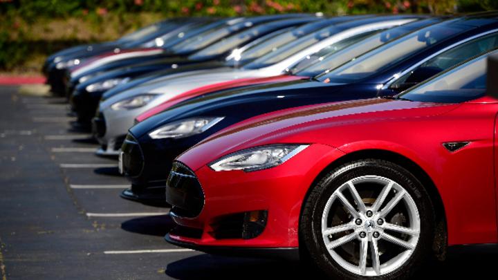 Tesla Model S-Autos auf einem Parkplatz der Zentrale von Tesla Motors.