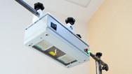 FAU-Wissenschaftler des Lehrstuhls für Technische Elektronik haben ein Radarsystem entwickelt, das Herztöne berührungslos messen kann. Die roten Strahlen zeigen, wo gemessen wird.