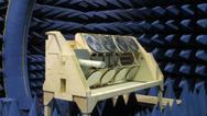 Die Icarus-Antenneanlage wird in einem elektromagnetisch reflektionsfreien Raum vermessen.