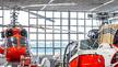 Die neue Lichtlösung erleichtert den Mitarbeitern von Swiss Helicopter die diffizile Arbeit an den Maschinen.