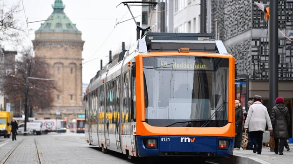 Fünf Modellstädte wie hier Mannheim wollen den Nahverkehr attraktiver machen und somit mehr Menschen bewegen, vom Auto auf Bus und Bahn umzusteigen.