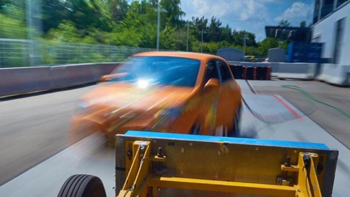 Der ADAC untersuchte den schrägen Aufprall beim Skoda Citigo, Renault Twingo und Toyota Aygo. Das Bild entstand kurz vor dem Aufprall der Barriere auf den Renault Twingo.