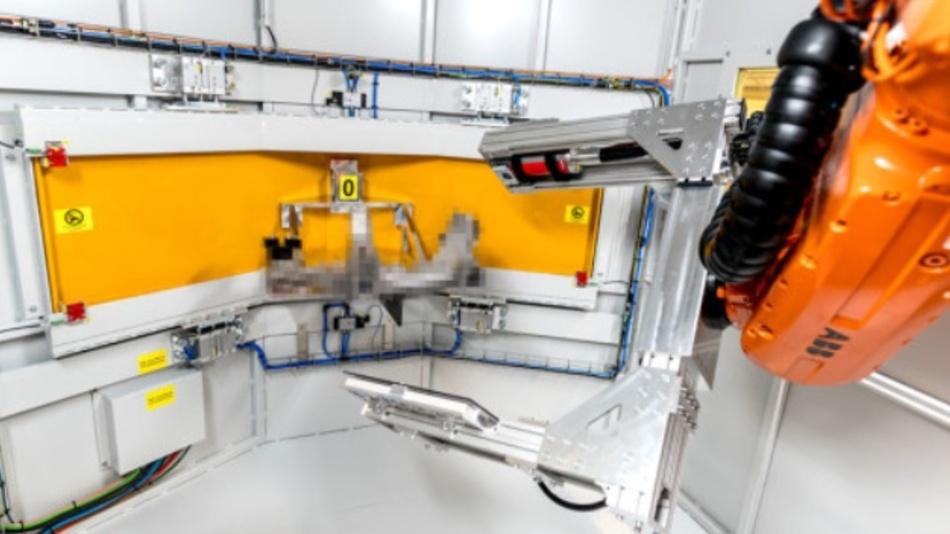 Ein Röntgen-C-Arm fährt ein Bauteil zur Bildaufnahme ab. Dank patentierter Nachführungstechnologie wird der Bauteilhalter in Zukunft nicht mehr benötigt.