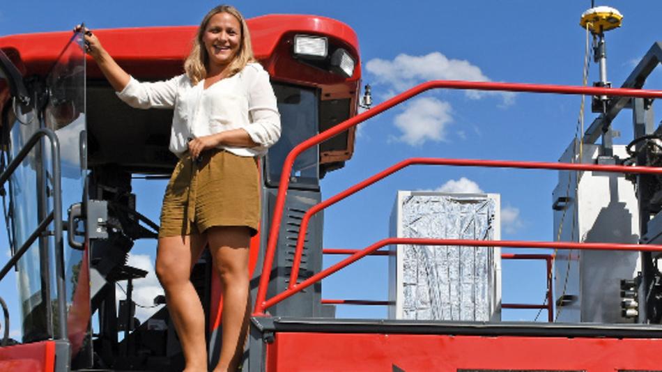 Anna Kicherer, wissenschaftliche Mitarbeiterin des Julius-Kühn-Instituts für Rebenzüchtung, steht auf dem von ihr mitentwickelten Phenoliner, einem umgebauten Traubenvollernter zur Traubendiagnose mit Sensoren und Kameras.
