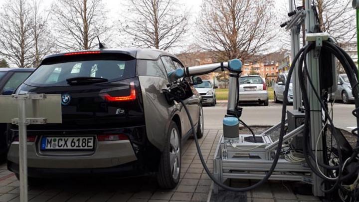 Das von der TU Graz zusammen mit Industriepartner entwickelte Roboter-gesteuerte CCS-Schnellladesystems für E-Fahrzeuge ermöglicht erstmals auch das serielle Laden in unterschiedlichen Parkpositionen.
