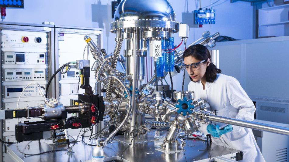 Doktorandin Niyousha Karimi Paridari untersucht die elektrochemischen Eigenschaften unterschiedlicher Materialien, um sie für neue Energiespeichertechnologien nutzbar zu machen.