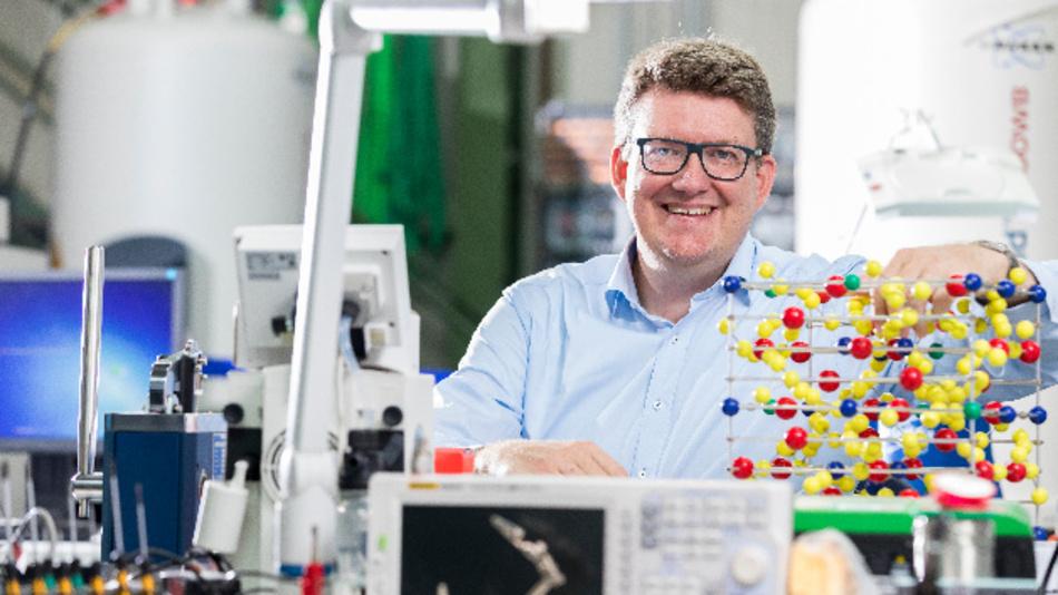 Prof. Rüdiger Eichel, Institutsleiter des IEK-9 am Forschungszentrum Jülich und Sprecher des Topics »Batteriespeicher« der Helmholtz-Gemeinschaft, mit einem Modell des Festkörperelektrolyten.