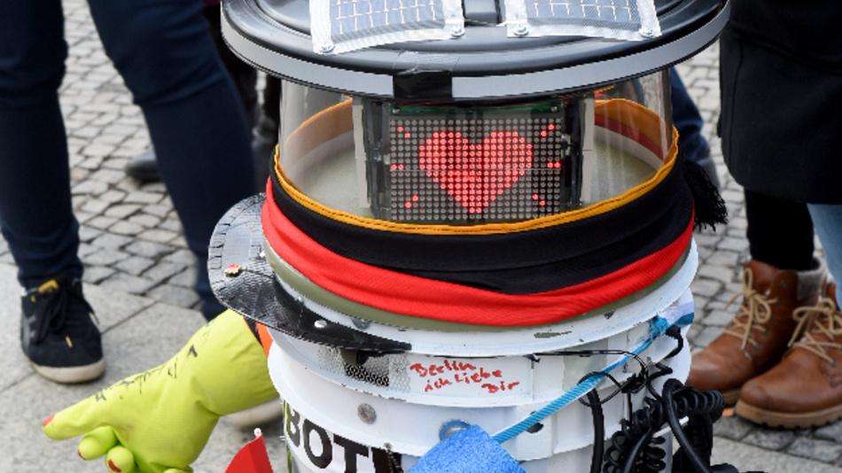 Der trampende Roboter hitchBOT zieht ins Paderborner Computermuseum Heinz-Nixdorf-Forum.