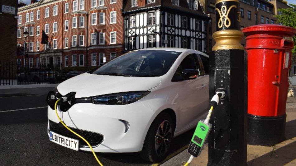 Elektrofahrzeug wird an einer umgerüsteten Straßenlaterne in London aufgeladen.
