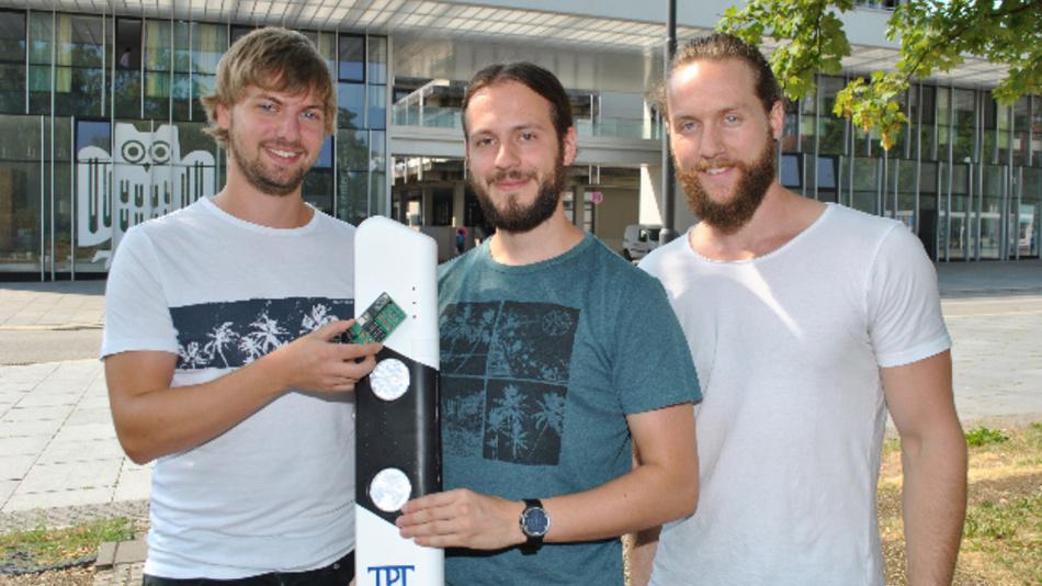 Das Sensorsystem gegen Falschfahrer, das Daniel Gillo (l.) Benjamin Kirsch (Mitte) und Julian Neu (r.) an der Saar-Universität entwickelt haben, wird im oberen Teil eines Leitpfostens installiert.