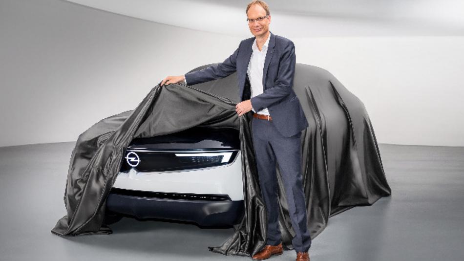 Michael Lohscheller präsentiert den Opel GT X Experimental.