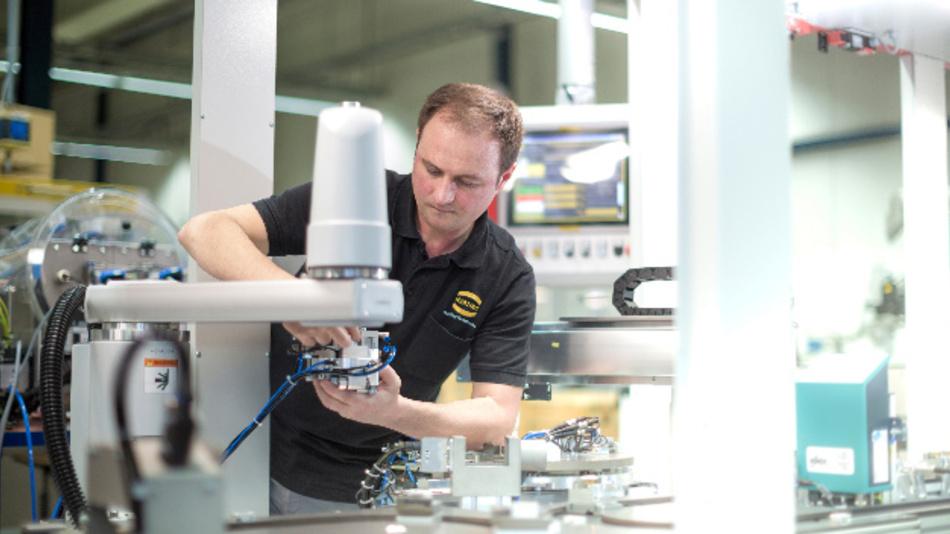 Vitali Niederquell, Mechaniker bei Harting Applied Technologies, bei der Montage der Bernstein-Anlage.