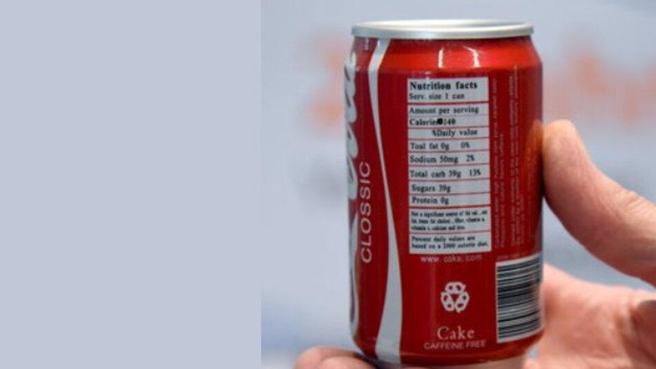 Attrappe einer Cola-Dose mit eingebauter Kamera. Die Dose ist damit ein unerlaubtes Überwachungsgerät und ist damit eines der rund 460.000 unsicheren Elektrogeräten, die die Bundesnetzagentur im vergangenen Jahr vom Markt genommen hat.