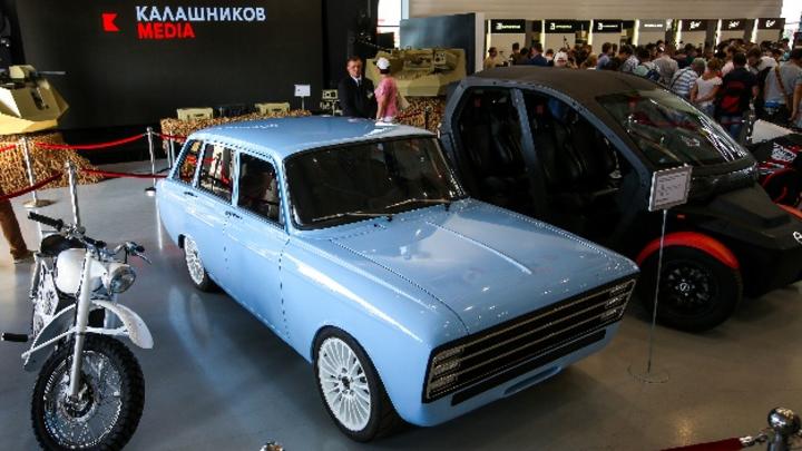 Ein Prototyp des Elektroautos CV-1 der FirmaKalaschnikowwird auf der Internationalen Militär- und Technikmesse ausgestellt. Der russische WaffenherstellerKalaschnikowwill im Geschäft mit Elektrofahrzeugen dem amerikanischen Vorreiter Tesla Konkurr