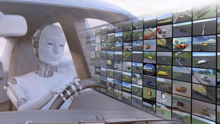 Roboter als Fahrer im Fahrzeug vor Leinwand mit Fahrvideos