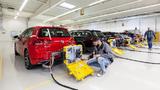 Mehrere Volkswagen werden mit einem mobilen Testgerät für einen WLTP-Abgastest vorbereitet.