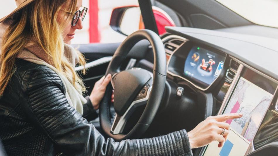 Größere Displays im Auto ermöglichen bessere Informations- und Unterhaltungsmöglichkeiten.