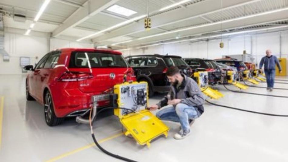 Mehrere VW werden mit einem mobilen Testgerät für einen WLTP-Abgastest vorbereitet. Mit dem WLTP-Testverfahren werden die Abgasemissionen und der Verbrauch von Personenkraftfahrzeugen und leichten Nutzfahrzeugen ermittelt. Vom 1. September an dürfen nur noch Autos verkauft werden, die das neue, realistischere Testverfahren WLTP durchlaufen und bestanden haben.