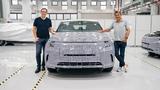 Dr. Daniel Kirchert (links), President von Byton und Dr. Carsten Breitfeld, CEO des Unternehmens mit dem M-Byte-Prototypen, der fit für die offiziellen Testfahrten ist.