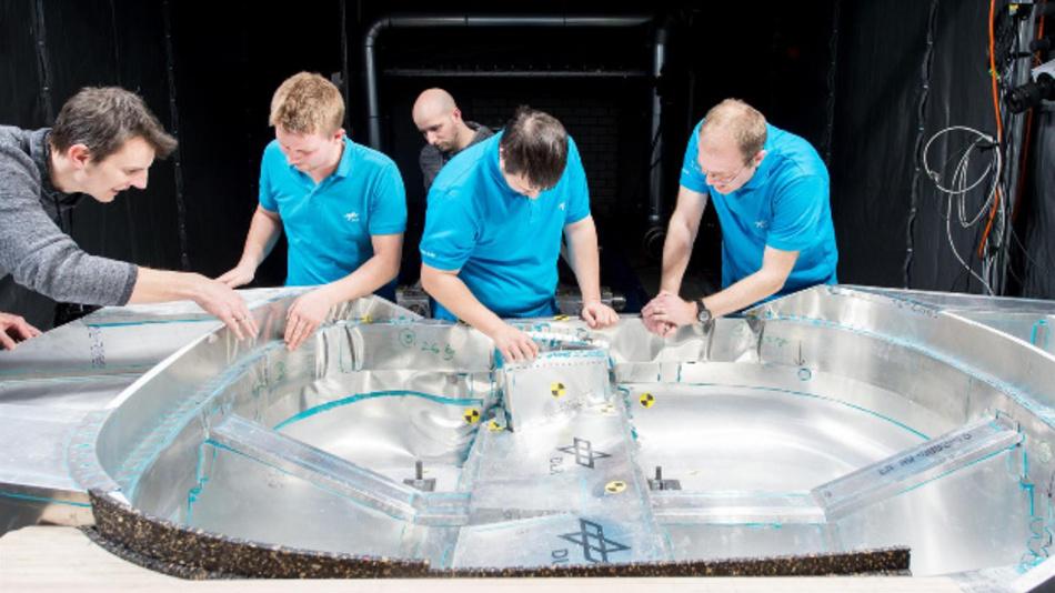 Nach dem Crash-Test begutachten DLR-Wissenschaftler die Verformung der Karosserie.