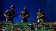Spielzeug-Soldaten hinter Leiterplatte
