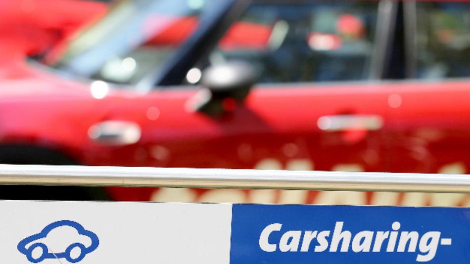 Pkws eines Carsharing-Anbieters stehen auf einem Parkplatz.