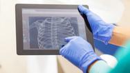 Praktisch, aber auch ein guter Nährboden für Keime: Mit der zunehmenden Digitalisierung muss auch die Hygiene im Krankenhaus neu gedacht werden.