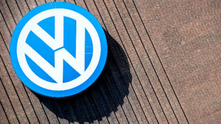 Das Logo der Marke Volkswagen hängt an einem Gebäude des Heizkraftwerks im VW-Werk.