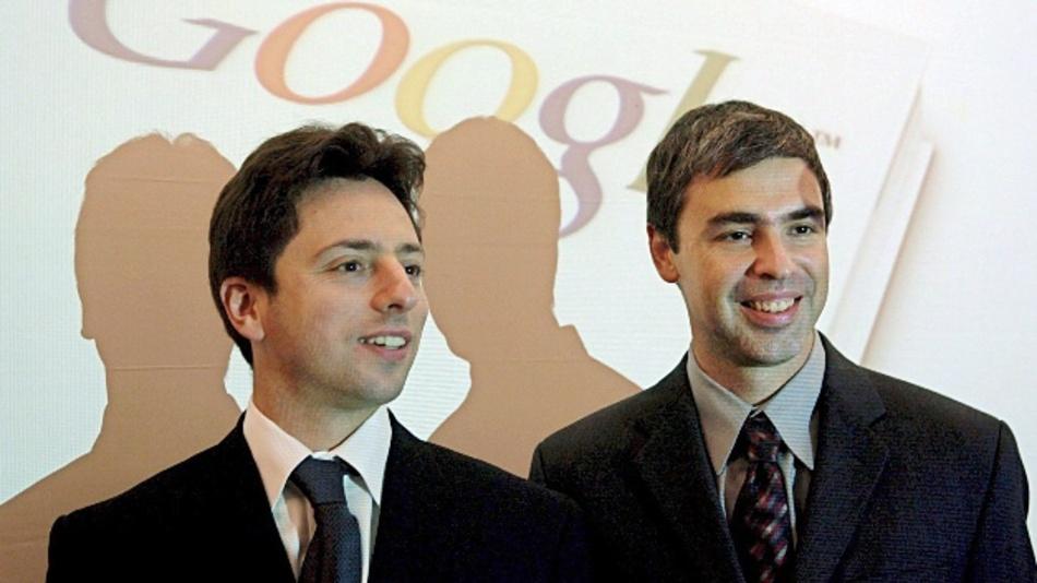 Archivbild: Die Google-Gründer Sergey Brin (l) und Larry Page bei einer Pressekonferenz 2004 in Frankfurt am Main.