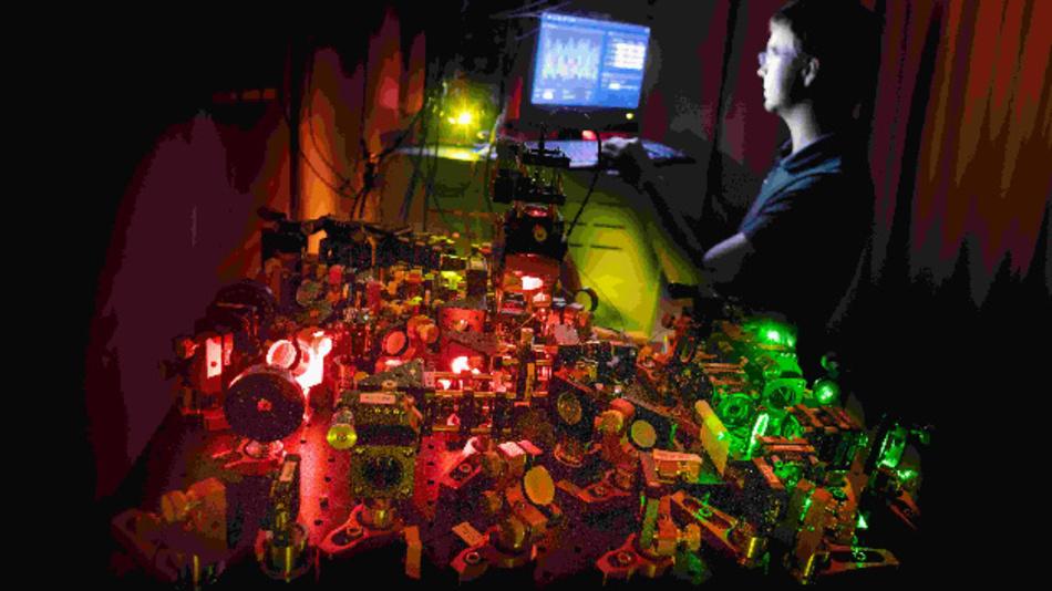 Optischer Aufbau für Experimente mit verschränkten Photonen am IFW Dresden.