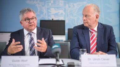 Guido Wolf (l, CDU), Justiz- und Europaminister von Baden-Württemberg, und Dr. Ulrich Clever (r), Präsident der Landesärztekammer Baden-Württemberg
