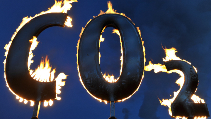 Schriftzug »CO2« brennt am Kohlekraftwerk Staudinger in Hanau
