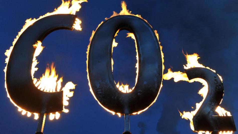 Der mit Gas gespeiste Schriftzug »CO2« brennt am Kohlekraftwerk Staudinger in Hanau während einer Aktion der Umweltschutzorganisation Greenpeace.
