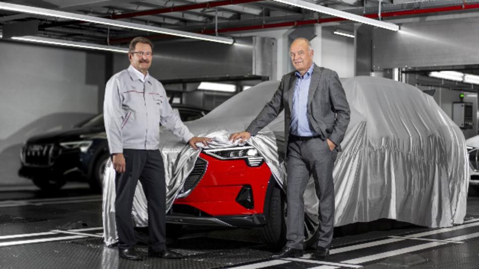 Nehmen die ersten Audi e-tron aus der Großserienfertigung in Augenschein (von links nach rechts): Patrick Danau, Sprecher der Geschäftsführung von Audi Brussels, und Peter Kössler, Audi-Vorstand Produktion und Logistik.