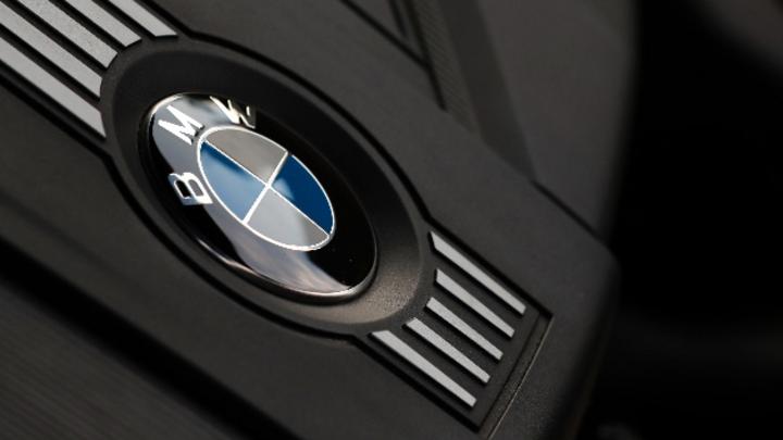 BMW-Logo im Motorraum
