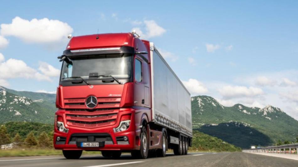In den neuen Actros-LKWs von Mercedes-Benz findet erstmals das MirrorCam-System in der Serie Einsatz. Deshalb sind am Führerhaus keine Haupt- und Weitwinkelspiegel mehr angebracht. Außerdem finden sich in dem neuen Actros mehr als 60 weitere Innovationen.