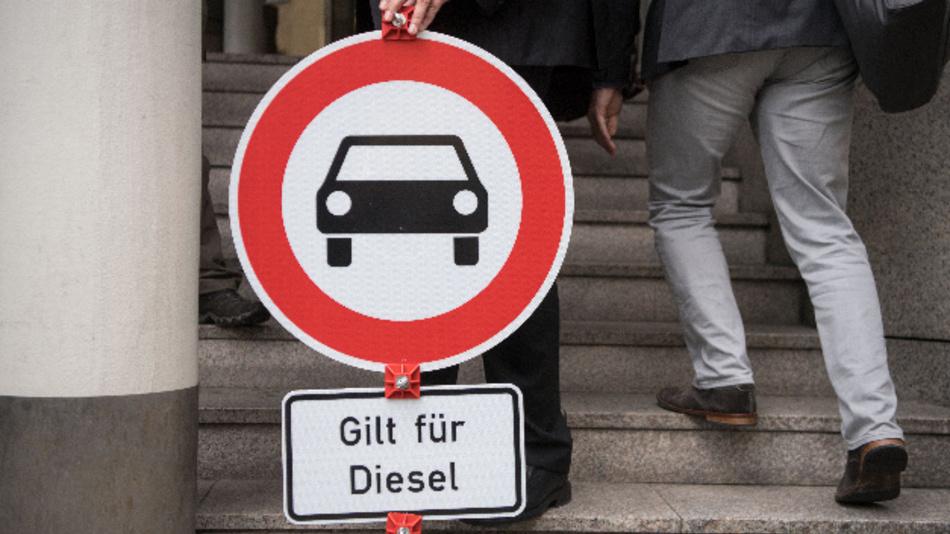 Ein »Durchfahrt verboten«-Schild mit dem Zusatz »Gilt für Diesel« steht vor der Urteilsverkündung in der Klage gegen einen Luftreinhalteplan vor dem Verwaltungsgericht.