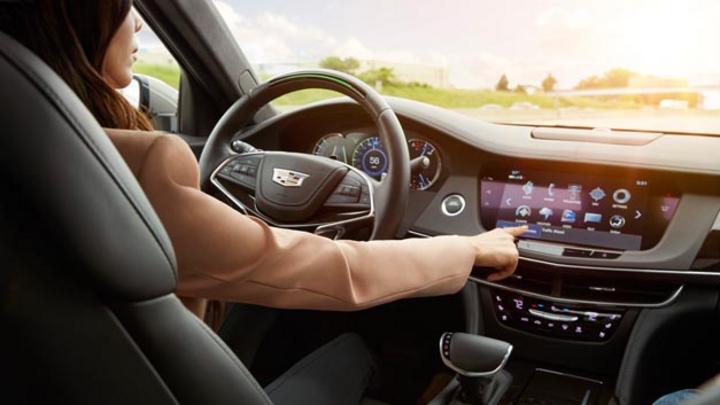 Super Cruise ermöglicht freihändiges Fahren auf der Autobahn. Das System kommt im neuen Cadillac CT6 zum Einsatz.