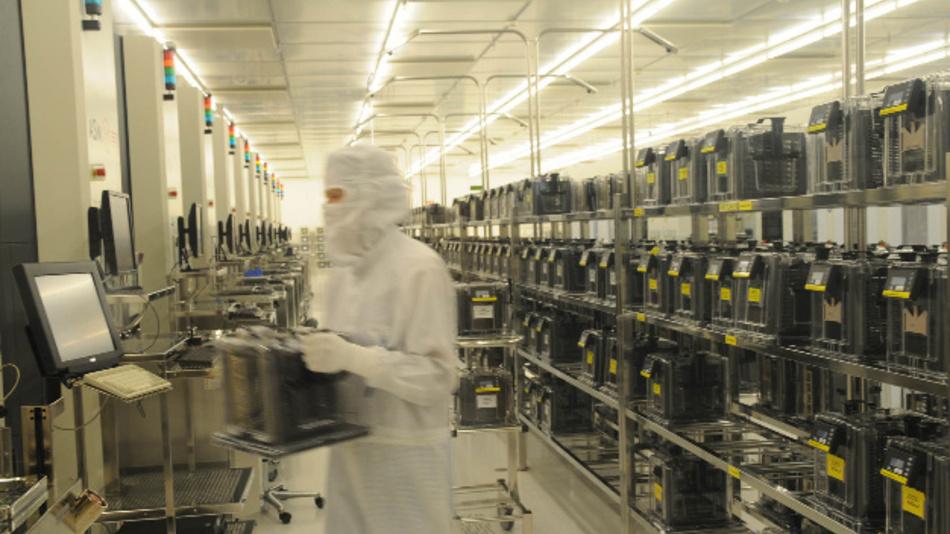 Blick in den Reinraum einer Fab, in der Chips gefertigt werden.
