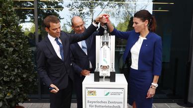 Prof. Michael Danzer und Ministerin Marion Kiechle eröffnen gemeinsam das Bayerische Zentrum für Batterietechnik.