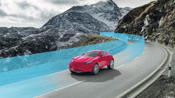 rotes Auto auf einer Straße in den Bergen