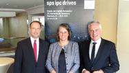 Christian Wolf, Sylke Schulz-Metzner und Mesago-Geschäftsführer Martin Roschkowski blicken mit Optimismus der SPS IPC Drives 2018 entgegen.