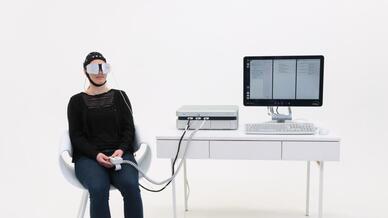 Bei der EBS-Therapie werden mittels niedrig dosierter Wechselstromimpulse gezielt für das Sehen verantwortliche Nervenzellen stimuliert.